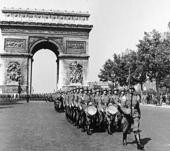 German soldiers march through Paris, June 1940 (German Federal Archive)