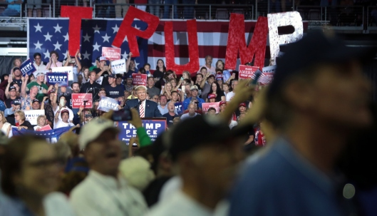 donald_trump_with_supporters_30040691671